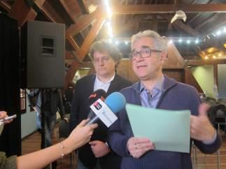 El concejal de Vivienda de Barcelona, Josep Maria Montaner, y el juez José M. Fernández Seijó.