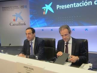 El consejero delegado de CaixaBank, Gonzalo Gortázar, y el presidente Jordi Gual.