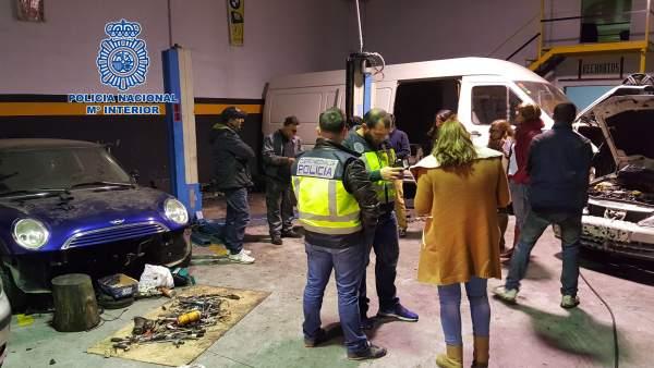 Policía Nacional realiza inspecciones sobre talleres de reparación de coches
