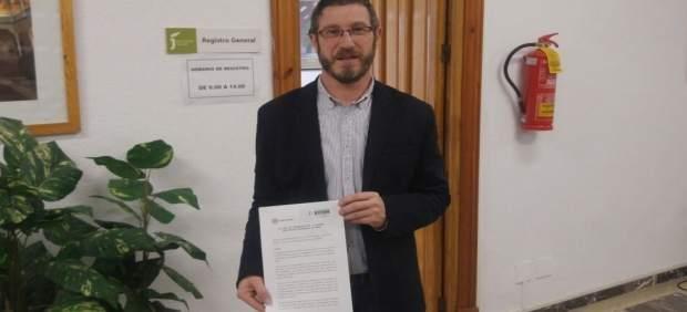 Miguel Contreras mostrando el escrito registrado por el PP en Diputación