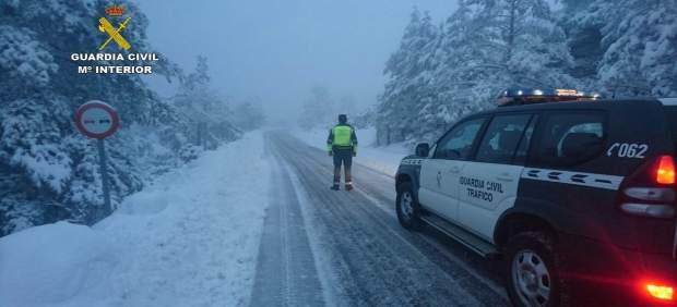 La Guardia Civil en una carretera nevada, actuando frente al temporal en Teruel
