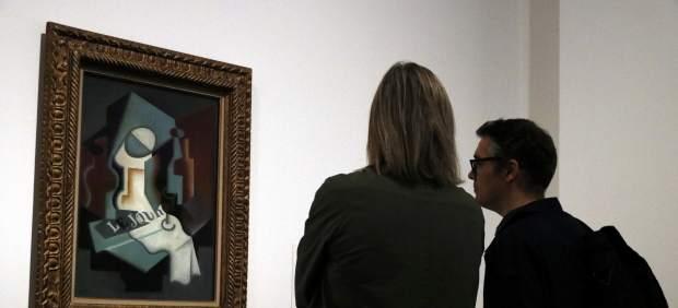 Dues persones observen un dels quadres de l'exposició 'Un Thyssen mai vist', al CaixaForum Barcelona.