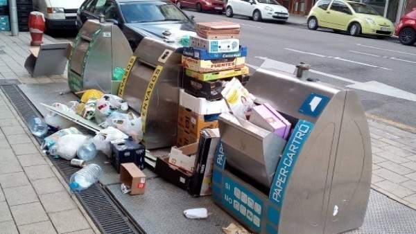 Basuras en la calle junto a unos contenedores
