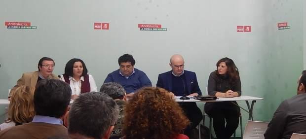 Aguilar (izda.) interviene ante los alcaldes y portavoces del PSOE