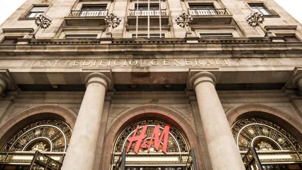 Fachada del edificio Generali del Passeig de Gràcia de Barcelona en el que se ubica la nueva 'flagship store' (tienda insignia) de la marca de moda H&M, la más grande de España.