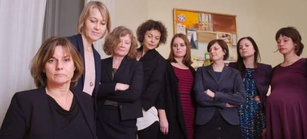 Una ministra sueca 'trolea' a Trump con una foto rodeada de mujeres mientras firma una ley