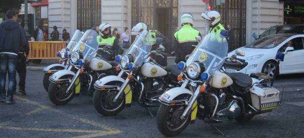 Agentes de la Policía Local en la Plaza del Ayuntamiento tras la 'mascletà'.