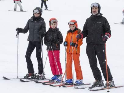 La familia real disfruta de la nieve