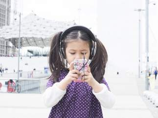 Niña con móvil