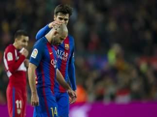 André Gomes consuela a su compañero del FC Barcelona Javier Mascherano