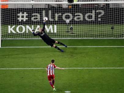 Gameiro falla un penalti ante Cillessen