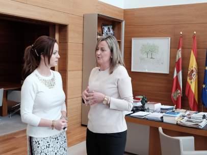 Clemente con la presidenta del Parlamento de Extremadura