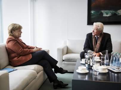 La canciller alemana Angela Merkel se reúne con el actor Richard Gere.