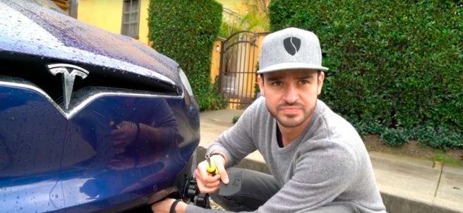 Apertura del maletero delantero con un Tesla
