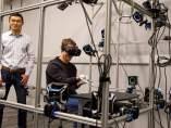 Zuckerberg muestra unos guantes de realidad virtual para Oculus