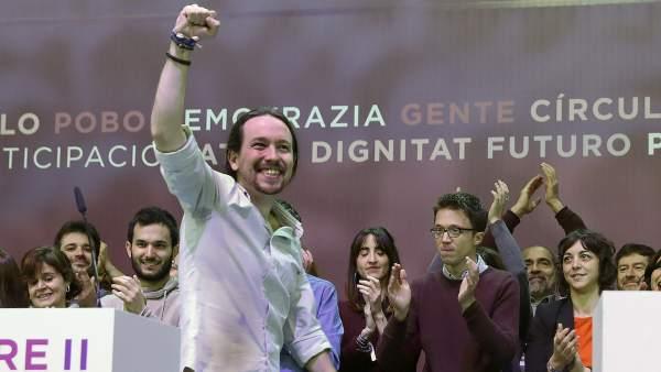 Pablo Iglesias levanta el puño