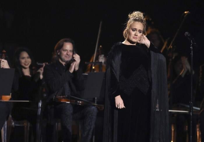 Adele, emocionada tras rendir tributo a George Michel en los Grammy 2017.. Adele, emocionada tras rendir tributo a George Michel en los Grammy 2017.