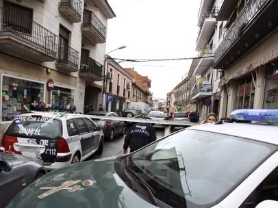 La calle de Daimiel en la que se ha producido el crimen machista, acordonada.