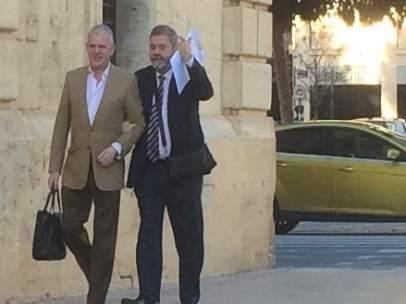 Pablo Crespo (esquerra imatge) a la seua arribada al TSJCV