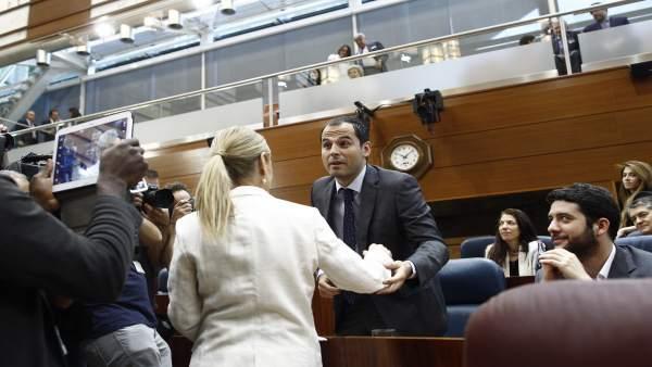 Ignacio Aguado y Cristina Cifuentes en la sesión de investidura