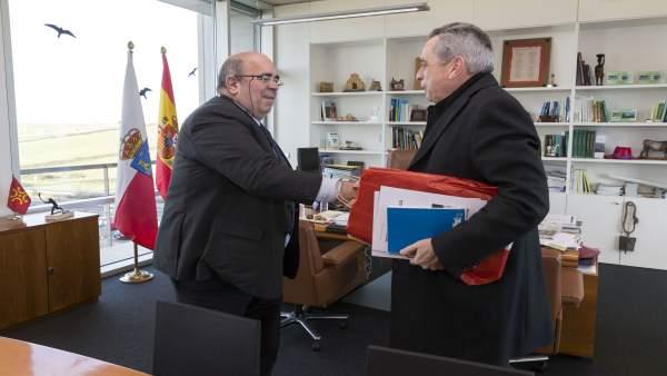 Oria recibe en su despacho al alcalde de Liérganes