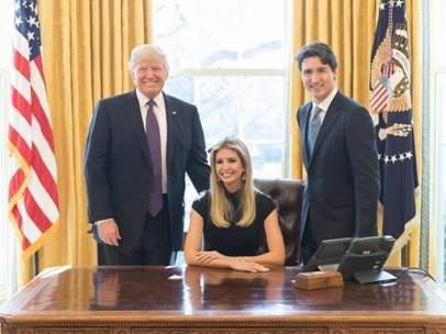 Ivanka Trump sentada en el despacho oval