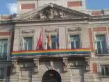 Bandera arcoiris en la sede de la Comunidad de Madrid