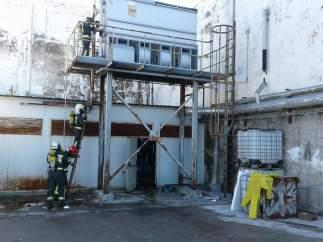 Bomberos del 112 cortan los escapes de amoniaco de la fábrica abandonada