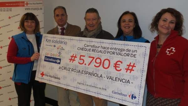 Carrefour dóna 5.790 euros a Creu Roja per a la compra d'aliments a xiquets en risc d'exclusió