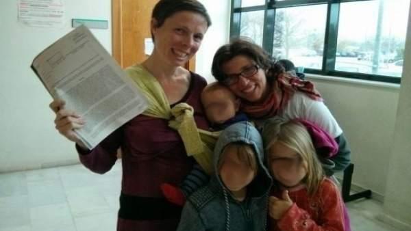 La pareja de Dénia con sus tres hijos y la resolución de la DGRN