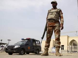 Un oficial pakistaní