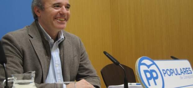 El portavoz municipal del PP, Jorge Azcón, en rueda de prensa en el Ayuntamiento