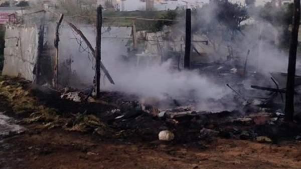 Chabola afectada por un incendio en un asentamiento de Lepe (Huelva)