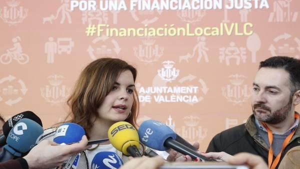 Sandra Gómez atiende a lo mediso de comunicación