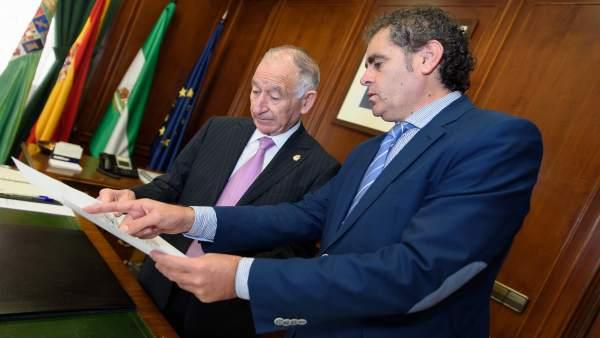 Antonio Torres habla con Gabriel Amat del trabajo de Asistencia a Municipios.