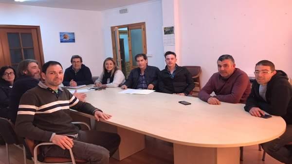 La diputada de agricultura reunida con los regantes de Paterna del Río.