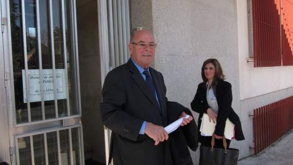 Miguel Reina con su abogada en la puerta de los juzgados