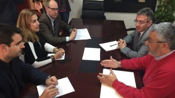 El diputado nacional por el PSOE José Juan Díaz Trillo con el rector de la UHU.