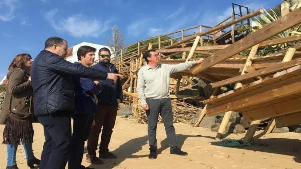 El presidente del PP de Huelva, Manuel Andrés González, en la playa del Portil.