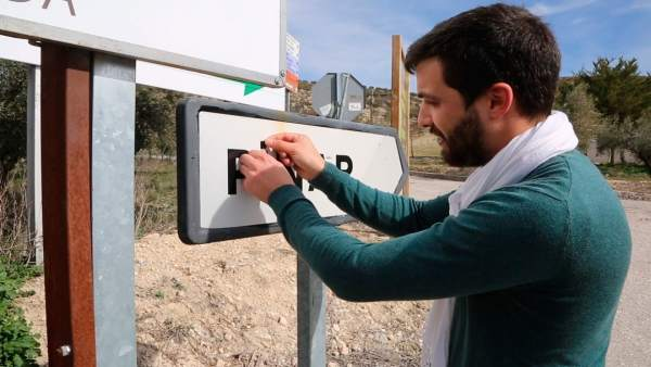 El alcalde pone la tilde a todos los carteles de Píñar