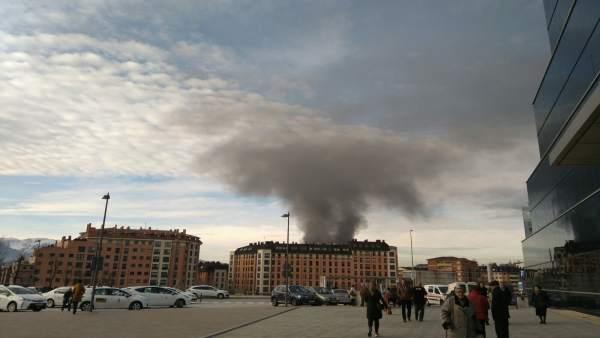 Columna de humo provocado por un incendio en Avenida Pumarín.