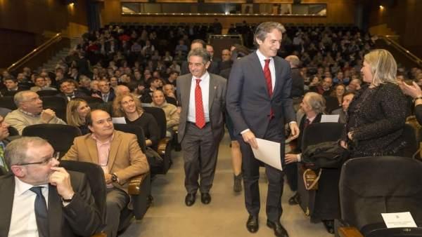 Revilla y De la Serna en el acto público del ministro para explicar el tren
