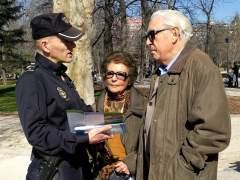 Policía con dos ancianos