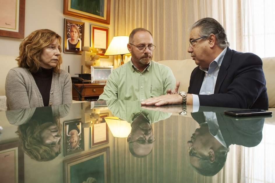 Zoido informa en persona a los padres de marta del for Ultimas declaraciones del ministro del interior