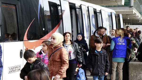 Llegan a España 66 refugiados, la mayoría niños, procedentes de Siria e Irak