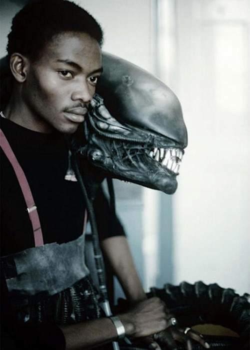 Bolaji Badejo / 'Alien' (1979). Bolaji Badejofue el hombre que se puso dentro del traje de Alien en el clásico original de 1979. Un estudiante nigeriano que medía 2 metros y 20 centímetros.