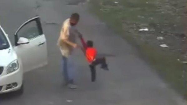 Pega a un niño con un cinturón hasta 62 veces