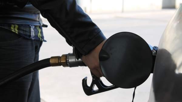 Un conductor echa gasolina a su vehículo