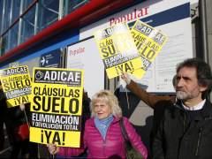 Miembros de Adicae se manifiestan durante el consejo de administración del Banco Popular