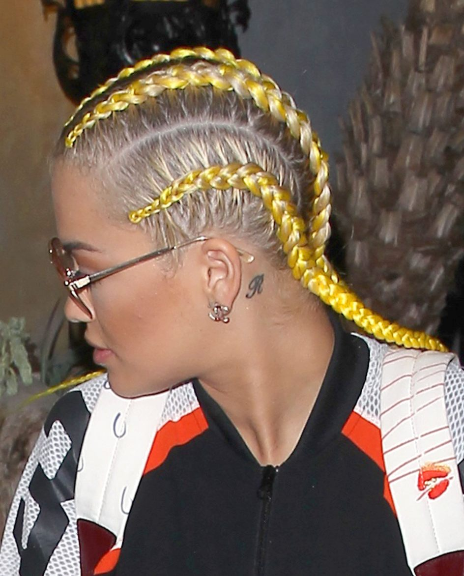 Rita Ora. Rita Sahatçiu Ora fue captada por las cámaras con estas peculiares trenzas amarillas en California.